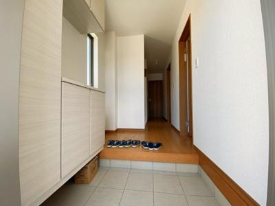 【同社施工事例写真です】玄関の悩みといえば靴の収納です。家族が多いとその分靴も増えてしまいます。常にスッキリな玄関でいられるよう、充分なシューズボックスを装備しています