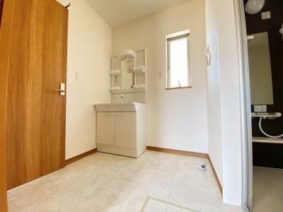 【3号棟です】身だしなみを整える洗面所は、いつも清潔にしておきたい場所♪三面鏡タイプの洗面台は収納力も優れ快適な洗面室をキープ♪