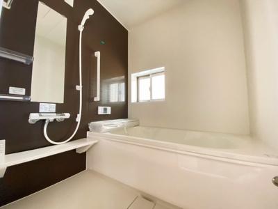 【3号棟です】1坪の広々バスルーム♪浴室乾燥付で雨の日でも楽々お洗濯♪ゆったりと一日の疲れを癒す快適空間に♪
