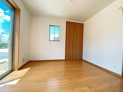 【3号棟です】リビングとお部屋は、お客様が遊びに来た時にも使え、ちょっと疲れた時にお昼寝できるのも嬉しいですね♪