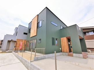 外壁はグリーンのガルバニウム鋼板でスタイリッシュなイメージです。