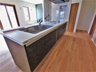 キッチン上部はライティングレール設置済。お好みな照明を設置できます
