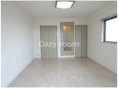 居間は、洋室10帖と広いです。
