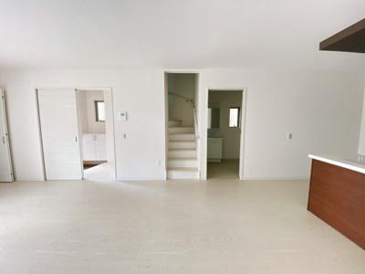 リビング階段です。暮らしやすさと安全の為に、階段には手すりを採用しています。窓もあり明るく風通りも良いです