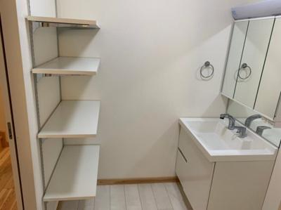 洗面所にも便利な収納スペースがあります。