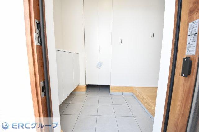 トータル的にウッド調の温かみのある玄関ドアで温かみのある玄関スペースです。