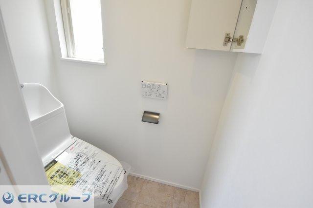 あかりとりの窓からの光で気持ちの良いトイレです。