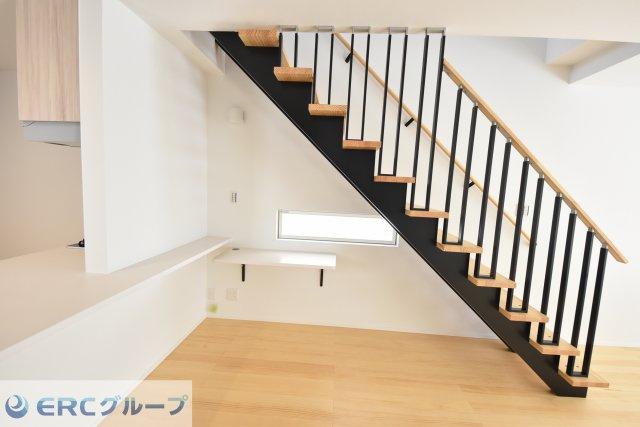 リビング階段下に、コンパクトなワーキングスペースがあります。