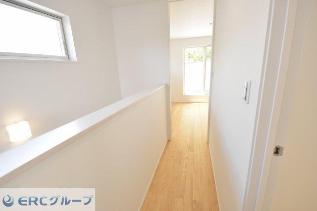 2Fの廊下 階段横、腰壁の廊下に開放感があります。
