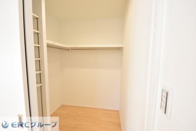 主寝室には、大容量のウォーキングクローゼットが設けられています。