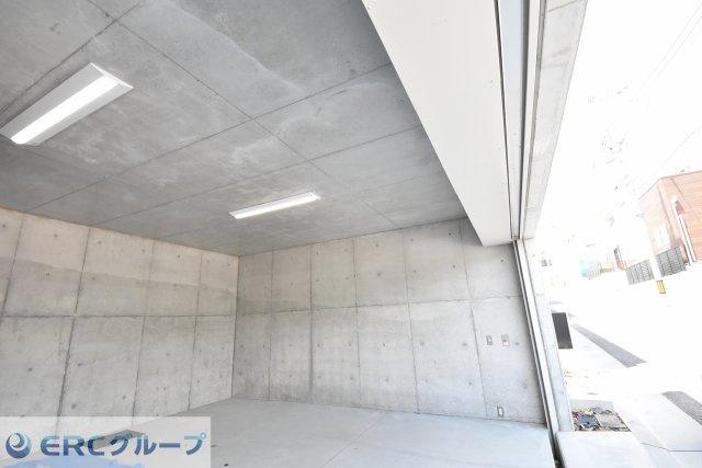 地下ガレージ 電動のシャッターで内部照明もついております。