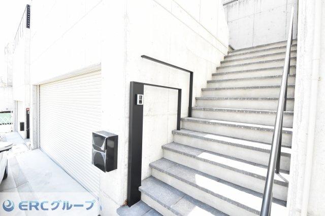 ガレージ横の外階段です。幅広でゆったり設計です。
