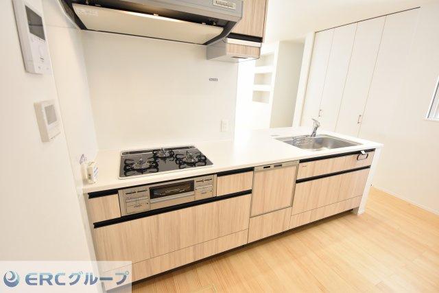 食洗器・3口コンロと機能も充実したリビングと調和したキッチンに仕上がりました。