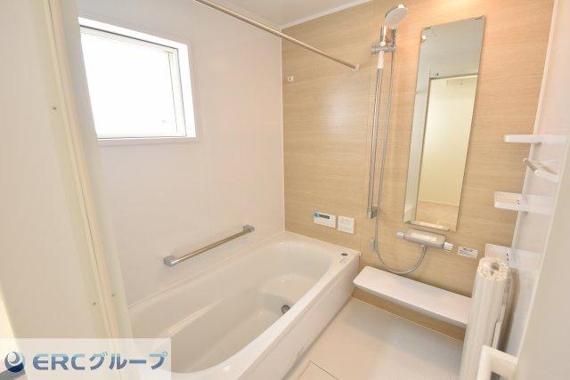 ちょうどよいサイズの温かみのあるバスルームです。