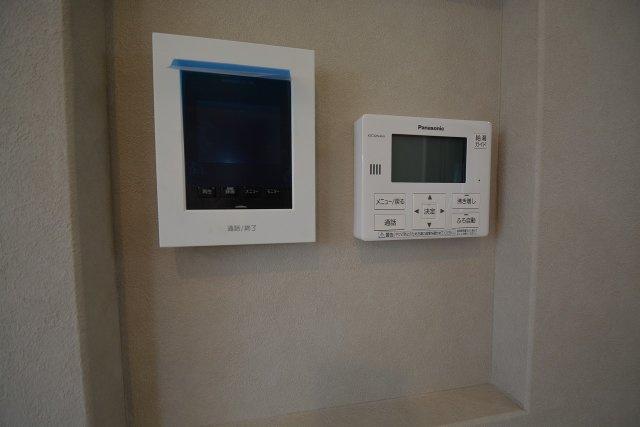高断熱ペアガラスにシャッターそしてTVドアホンとセキュリティー対策も気を使っています。
