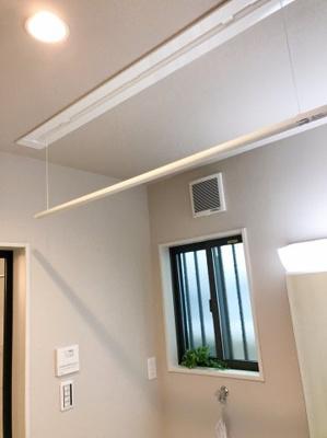 脱衣所の天井には洗濯物を干せるようにバーが設置されています♪嬉しい配慮ですね♪