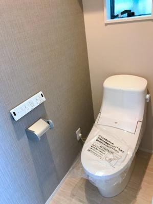 1階のトイレです♪アクセントクロスがオシャレですね♪