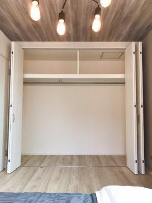 主寝室の収納は約1.5帖の大容量です♪2帖のウォークインクローゼットと同じ収納力です♪