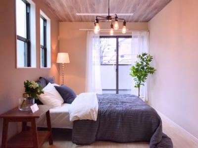 2階の約7.5帖の主寝室です♪天井の木目のクロスがポイントです♪