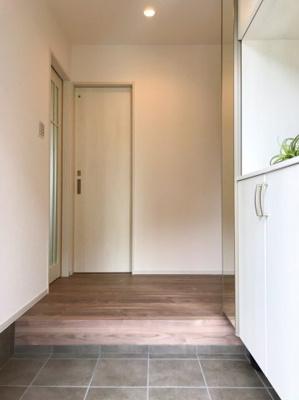 玄関右手にはシューズボックス、左手にはシューズクロークがあり、大容量の収納スペースがあります♪正面の扉はお手洗いです♪