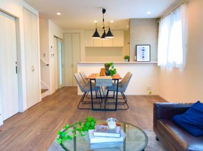 約17.7帖のLDKです♪家具の配置で購入後の生活が想像できますね♪キッチンの壁にはエコカラットを貼ってます♪
