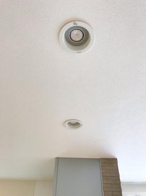 キッチン上部のダウンライトはスピーカーが付いてます♪Bluetoothでスマホを接続し、音楽を流せます♪ノリノリで家事ができますね♪