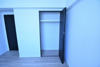 6.4帖の洋室。収納スペースも設けられているため、居住スペースは広くお使いいただけます