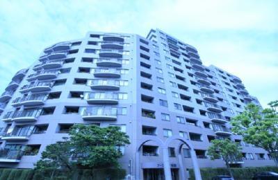 14階建ての堂々としたマンション。