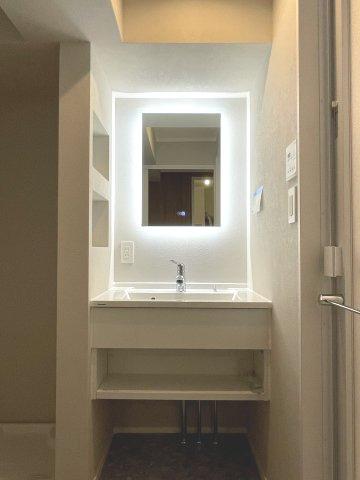顔映りの良いライトアップが嬉しい洗面化粧台