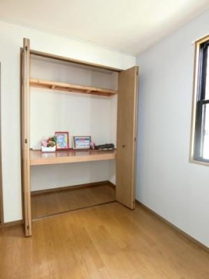 洋室6帖のお部屋にある収納スペースです♪たっぷり収納できてお洋服や荷物が多くてもお部屋すっきり☆