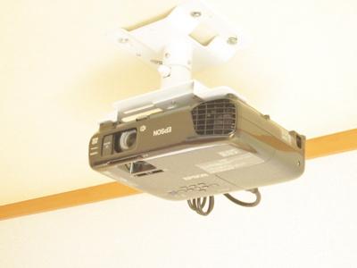 リビングダイニングキッチンにある映写機です☆ホームシアターを楽しめます♪