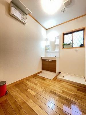洗面所内、シャンプードレッサー横にある室内洗濯機置き場です♪防水パンが付いているので万が一の漏水にも安心です!洗面所には窓があるので湿気もこもりにくい♪