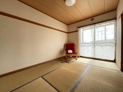 バルコニーに繋がる南向き6帖の陽当たりの良い和室です!和室は冬場はコタツでほっこり♪夏は意外と涼しくて使い勝手がいいんですよ♪