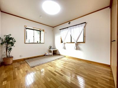 玄関側にある角部屋二面採光洋室6帖のお部屋です♪出窓があるのでインテリアを飾って楽しむこともできます♪