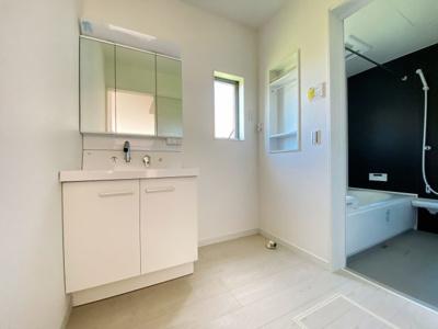 身だしなみを整える洗面所は、いつも清潔にしておきたい場所!換気、明かり採りの窓も完備!明るいです!