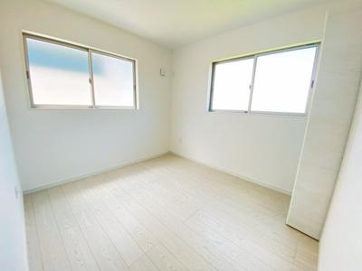 【同社施工事例写真です】バルコニーに面した明るい洋室に大切な衣類を収納できる大型クローゼット付!2面採光の為、全居室とても明るく風通りも良好です