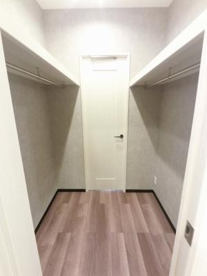 1.8帖のウォークスルークローゼットです。 収納力がありお部屋を広くお使いできます。