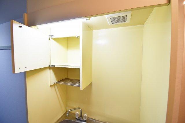 キッチン上部にある便利な収納。
