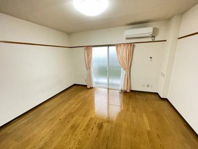 白基調の落ち着いた洋室