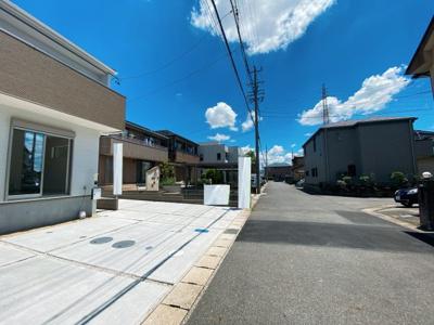 閑静な住宅街です。公道南側6mに接道しています。