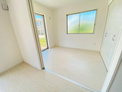LDKにつながる洋室です。合わせると20帖超の広々住空間に♪収納も完備です