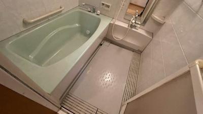 手すり付き浴槽