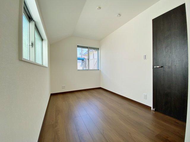 2階4.9帖洋室 お子様部屋にも書斎やテレワーク等のもお使いいただける一室