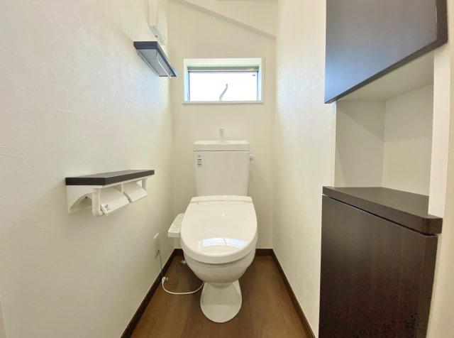 トイレは1階・2階にございます 温水洗浄便座機能付き トイレにもアクセントクロスを施しお洒落で落着く空間に♪