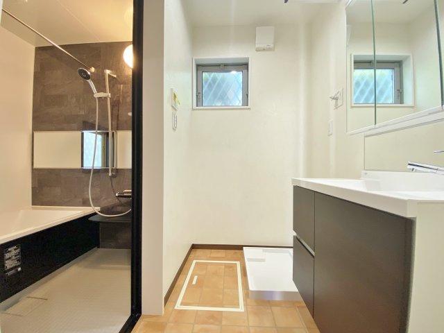 毎日の身だしなみチェックに欠かせない洗面所は清潔感の溢れる上品なデザイン 使いやすさにもこだわり三面鏡を採用、明るく仕上げております
