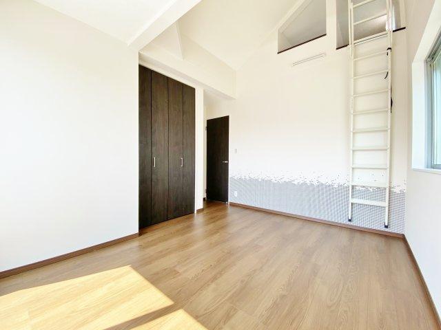 2階6.6帖洋室 勾配天井になっており広さ以上の開放感のある一室