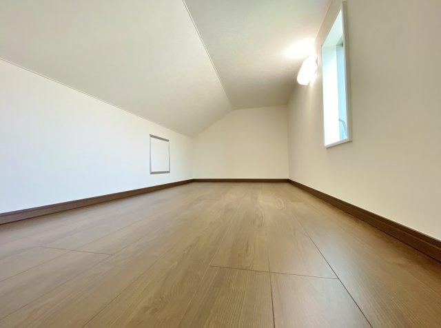 2階6.6帖洋室 小屋裏収納 季節物の収納などに便利な小屋裏収納を完備