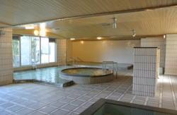 男子大浴場は、全身槽(温泉)、気泡漕,  スパ漕(温泉)の3つのタイプの浴槽。 サウナも完備。 利用時間は下記の時間です。 午前:  6:00 ~ 10:00午後: 15:00 ~ 24:00