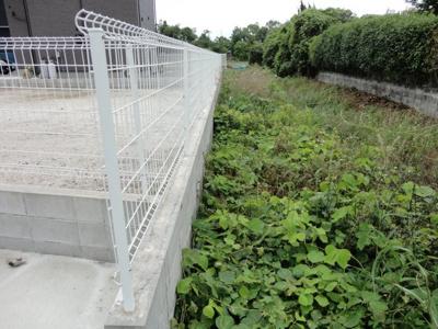 分譲地西側のフェンスです。