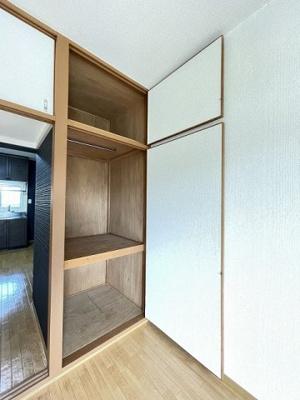 洋室6帖のお部屋にあるクローゼットです♪お洋服もしわにならず、キレイに収納できます☆上部には収納スペースもあります♪